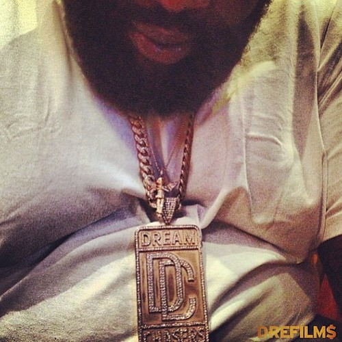 Video Rick Ross receives a Dream Chasers  chain from Meek Mill