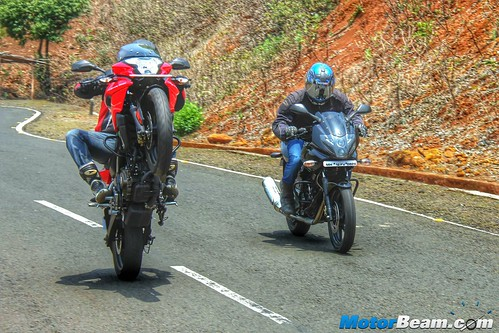 Pulsar-220-vs-Pulsar-AS-200-vs-Hero-Karizma-14