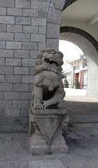 happy (helena.e) Tags: helenae summer sommar vacation semester lga husbil motorhome dragongate kina china kion lejon statue staty