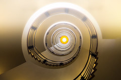 WHO is there upstairs?! (michael_hamburg69) Tags: stairs stairway staircase spiral wendeltreppe wendel helix hamburg germany deutschland treppenhaus brahmskontor johannesbrahmsplatz kontorhaus kontor backstein daghaus karlmuckplatz lundtkallmorgen stahlskelett stahlskelettbauweise 1903 treppe orange treppenauge escalier geländer handlauf stufen stufe escala escalera scala 台阶 [臺階]táijiē jiētī 阶梯 [階梯]подниматься по лестнице крутая лестница artdéco tagdesoffenendenkmals denkmaltag
