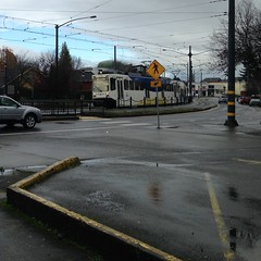 A southbound Yellow/Orange train swings through the S-curve between Skidmore & Mason (Tysasi) Tags: photostream traction trimet interurban orangeline yellowline sn type1 sd600