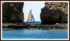 Durchblick (tor-falke) Tags: sailboat boot boat wasser europa europe sony ngc malta segelboot comino mittelmeer sonyalpha alpha200 torfalke flickrtorfalke alpha200230