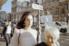 Sa stitre (Guy Le Guiff) Tags: streetphotography street strada rue color argentique film paris woman women another unposed dino beautiful