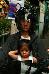 mother and daughter (the foreign photographer - ฝรั่งถ่) Tags: mother daughter motorcycle helmet khlong thanon portraits bangkhen bangkok thailand canon kiss 400d