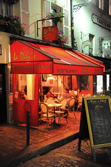 Le Deli's (jmvnoos in Paris) Tags: light red paris france caf night rouge lights restaurant nikon lumire restaurants montmartre nights nuit cafs lumires bistrot nuits bistrots 5faves 30comments d700 jmvnoos