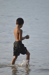 Boy playing in the water (b2 jonathan Ljungdahl) Tags: beach phuket sas advanceddigitalphotoclass