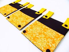 Porta Livros / Porta Trecos (Pé de Pera) Tags: kids preto amarelo infantil bebe quarto menina decoração menino escritorio presente tecido portatrecos portalivros pédepera