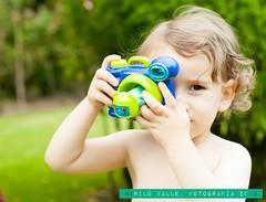 Sonrie.... (Maril V.) Tags: spain toddler galicia verano juanmanuel 2013 haciendofotos caucasico cmaradejuguete bebgrande marilvalle