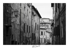 bw street2 (*Sylvi) Tags: street city italy canon eos town photo italia foto weekend pic il april campo siena piazza duomo montepulciano fotografia aprile toscana visita flicker citt fotografa pasqua botti pasquetta bestpic flickraward