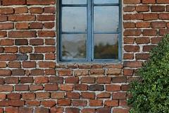 blue window (Erich Hochstger) Tags: fenster window mauer wall ziegelmauer brickwall rot red blau blue grn green canoneos70d canonef50mmf18stm