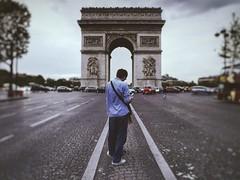 Touriste devant l'Arc de Triomphe (ragavan.ronald) Tags: cloudy road people france monument tourist touriste paris arcdetriomphe