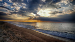 Rayos matutinos (candi...) Tags: amanecer rayosdesol playa arena agua cielo nubes fotosmvil samsung malgratdemar naturaleza