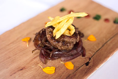 Azarina Fussion (aragonesa) hamburguesa de rabo de toro con cebolla caramelizada al vino de garnacha (San Lamberto 2000) Tags: concurso tapas zaragoza participación aragón gastronomía alimentación restauración
