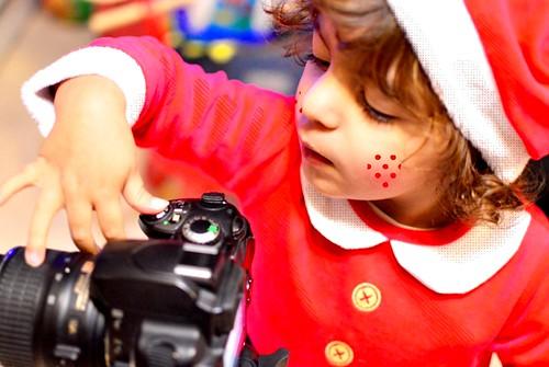 Preparando la Navidad #navidad #Christmas #ilusión #color #rojo #niños #fotografía