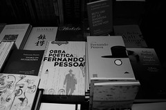 Fernando Pessoa, o poeta da Lngua Portuguesa nos dois lados do Atlntico em Portugal e no Brasil /Fernando Pessoa,  the poet of the Portuguese language on both sides of the Atlantic, in Portugal and in Brazil. (jadc01) Tags: books d3200 livros nikon people book bookshelf poetry bookstore blackandwhite blackwhite nikon1855mm