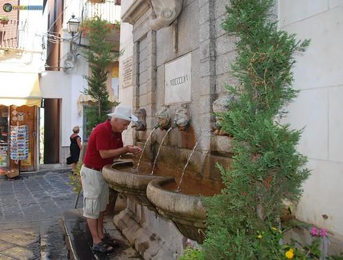 VV-Pizzo Calabro-Centro Storico Fontana ferruginosa 064_L
