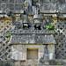 In uno dei palazzi del quadrangulo de las monjas compaiono spesso decorazioni a forma di capanna maya