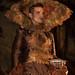 Model recreant l'obra de Joan Brossa amb un vestit que incorpora ornaments elaborats amb xocolata, com la peça del cap. Foto: Santi Pujolàs.