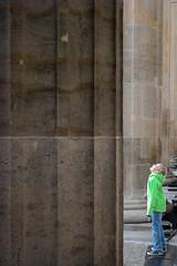 161009_SAM_9294 (Jan Jacob Trip) Tags: berlijn duitsland berlin germany people blue brown green looking up column stone light streetphotography brandenburgertor