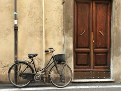 A bike in Lucca. (France-♥) Tags: lucca bike bicyclette bicycle wall italy porte door europe 2956 toscane tuscany italia italie