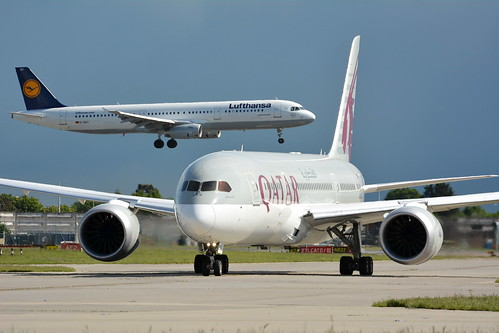 QATAR BOEING 787 TAXING OUT FOR DEPARTURE 27R WITH LUFTHANSA AIRBUS A321 LANDING 27L