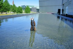 Happy Feet (Rakkine) Tags: water finland helsinki kiasma rakkine