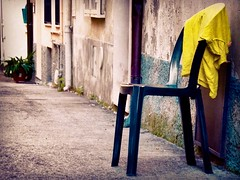 (Luca3803) Tags: sedia maglia vicolo piazza italia strada asfalto asphalt italy square place alley alleys strade vicoli sedie maglie sweater sweaters street streets road chair chairs roads