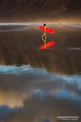 Rojo vivo - Surfer en la Playa de Famara, Lanzarote (Andreas Weibel) Tags: imedia andy canarias sunset andreas islands reflections surf sand risco reflejos puestadesol atardecer famara andreasweibel lanzarote beach photographer paisaje imediafotocom landscape photography canary fotografo islas fotografia arena cliff playa