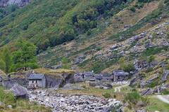 Zuhinterst im Verzascatal (@frauchi) Tags: tal natur bergtler steinhuser verzascatal canon eos700d berglandschaft alpen