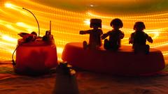 Mis hermanos y yo, tomndonos una foto. (Xic Eseyosoyese (Juan Antonio)) Tags: mis hermanos gemelos y yo tomndonos una foto cmara luces destellantes tres mesa banca noche playmobil canon powershot sx170is gmbh geobra juguetes fiesta