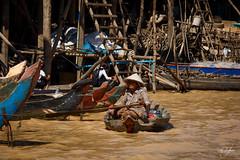 Femme naviguant sur les rives du Tonl Sap (Aurlie Jouanigot) Tags: lac tonlsap pilotis floatingvillage people cambodge villageflottant lake maison northouest cambodia tonlsap
