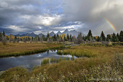 Paesaggio con arcobaleno, landscape with a rainbow (paolo.gislimberti) Tags: parchinazionali nationalparks grandteton touristdestinations meteturistiche paesaggi landscapes pianura plain erba grass acquecorrenti runningwaters fiume river autumn autunno autumnalcolors coloriautunnali arcobaleno rainbow wilderness nature natura naturephotography fotografianaturalistica nikonflickraward