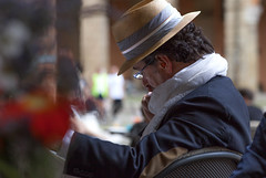 An Italian in Bologna (Audringje) Tags: italien portrait italy man hat breakfast lesen reading candid portrt hut bologna portret italie frhstck ontbijt streetshot hoed lezen audringje