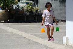 Orange Pink Green (kuwaru) Tags: people girl station thailand child j1 nikon1 banlaem 30110mm bkk2013 สถานีรถไฟบ้านแหลม
