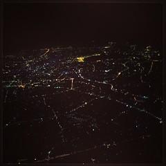ผมชอบบินรอบดึกกลับ กทม.และพยายามเลือกที่นั่งริมหน้าต่างฝั่งขวาเสมอ เพราะก่อนลงจด หากสภาพอากาศเปิด นักบินมักจะแถม show ชุด bangkok@night เป็นประจำ