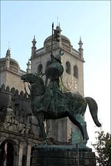 La hora del Guerrero (PequeaMims) Tags: portugal stone catedral s porto knight 1855mm estatua oporto piedra guerrero canoneos1100d