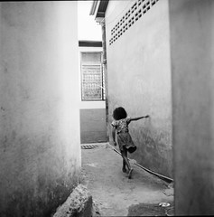 * (Sakulchai Sikitikul) Tags: street bw 120 tlr film girl mediumformat square thailand kodak trix streetphotography snap songkhla rolleicord