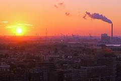 Rauhe Schnheit (ploh1) Tags: amsterdam niederlande holland stadtansicht kamin rauch schlot industrie huser urban urbanitt sonne gegenlicht aussicht ausblick windrder europa tagesende himmel