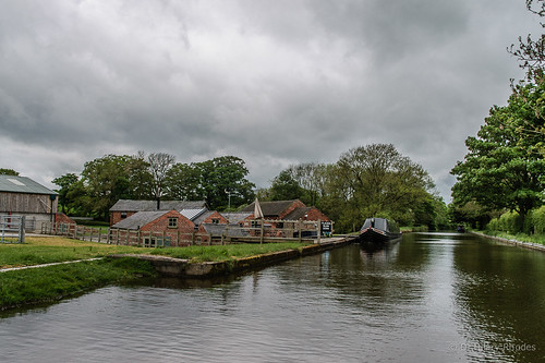 Moorings past Stringers Bridge