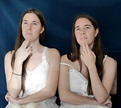 Hermanas (Victoria Marte) Tags: retrato luznatural microcuatrotercios hermanas mujer madrid love