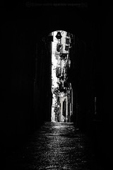 Pasaje, Npoles (Juan P. Aparicio) Tags: napoli italia plaza veduta vista view nikon d7100 byn bw biancoenero blackandwhite blancoynegro bn calle strada street shadows ombra sombra pasaje alley vicolo passagio npoles callejn