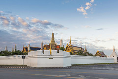 Morning Happiness @ The Grand Palace (tapanuth) Tags: grand palace temple wat phrakaew emerald buddha religion buddhism landmark bangkok thailand phranakhon rattanakosin wall architecture cityscape view morning dawn empty sky cloud travel tourism asia southeastasia royal monarch historic