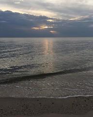อยู่ไกลกังวลชนม์ชื่นฉ่ำ หาดทรายและน้ำนำไกลเศร้า ไม่มีหาดไหนงามเทียมเท่า คลื่นครวญคลอเคล้าวอนรักฝั่ง ค่ำคืนไม่เหงาเราเริงสุข ไม่มีความทุกข์ใดมาบัง ได้ยินแต่เสียงดนตรียัง สนุกกันทั้งยามค่ำคืน รุ่งอรุณแล้วฟ้าเรืองเรื่อ แต่ใจยังเหลือความเริงรื่น สนุกจริงหนอคล