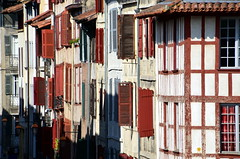 Tranches de Bayonne (Jean-Luc Lopoldi) Tags: faades couleurs rouge volets paysbasque