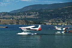 Float Plane (dons projects) Tags: city blue summer sky sun sunlight white mountain lake canada mountains green water clouds plane harbor waves bc waterfront zoom harbour okanagan floating wave sunny august bluesky olympus hills kelowna float sonnig sonne zuiko floatplane evolt e500 zd fourthirds 1445mm 2013 photoscape cans2s kodakccd donsprojects