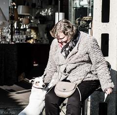 Marchande puces de Saint Ouen (rmaka) Tags: chien saint femme marché février puces saintouen ouen 2015 vendeuse fujiex1