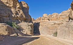 Schattenspiel / Shadow play (schreibtnix) Tags: reisen travelling naherosten neareast  jordanien  jordan petra landschaft landscape himmel schlucht gorge siq sky blau blue olympuse5 schreibtnix