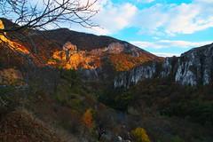 Последните слънчеви лъчи по скалите в Искърския пролом
