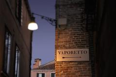 Italien Venedig DSC_0636B (reinhard_srb) Tags: italien venedig lagune wasser meer wasserbus vaporetto mauer laterne strasenlampe ziegel abend dunkelheit fenster wegweiser schild pfeil