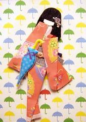ATC1216 - Looks like rain (tengds) Tags: orange white green yellow atc umbrella geisha kimono obi fans origamipaper papercraft japanesepaper washi ningyo handmadecard chiyogami yuzenwashi japanesepaperdoll japanesedesignprint origamidoll nailartsticker tengds